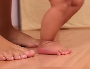 Healthy Feet – LET THE BABY CRAWL and NO SHOES